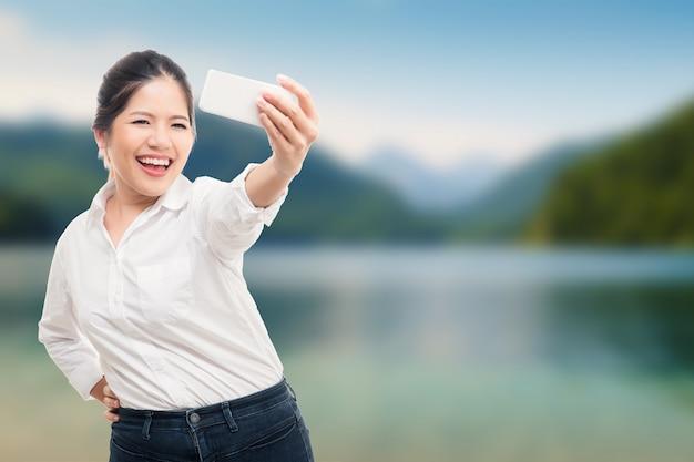 Azjatycka kobieta selfie z tłem krajobrazu przyrody