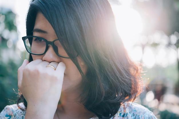 Azjatycka kobieta siedząca samotnie i przygnębiona, przestań nadużywać przemocy domowej, lęku zdrowotnego.