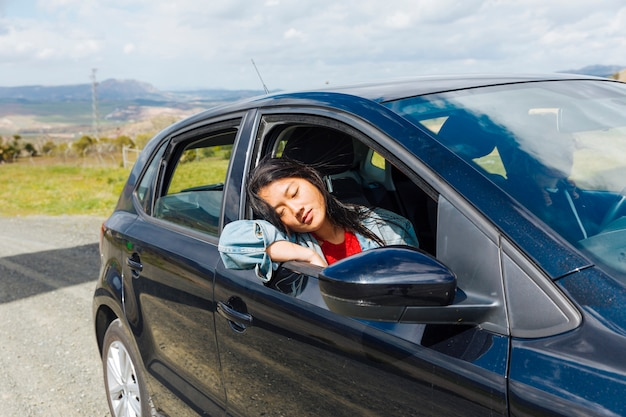 Azjatycka kobieta śpi w samochodzie