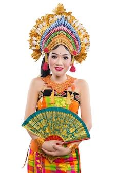 Azjatycka kobieta tańczy balijski tradycyjny taniec na białym tle
