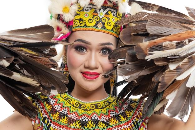 Azjatycka kobieta tańczy tradycyjny taniec wschodniego kalimantanu (taniec giring-giring) na białym tle