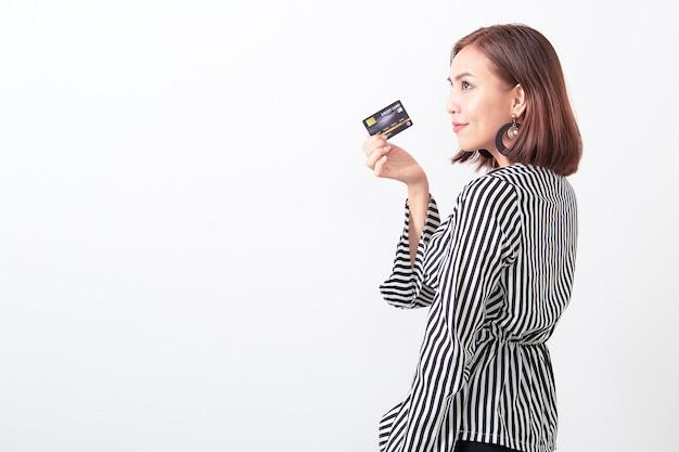 Azjatycka kobieta trzyma kredytową kartę