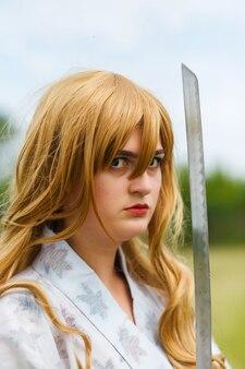 Azjatycka kobieta trzyma miecz w pozycji wojownika. koncepcja walki.