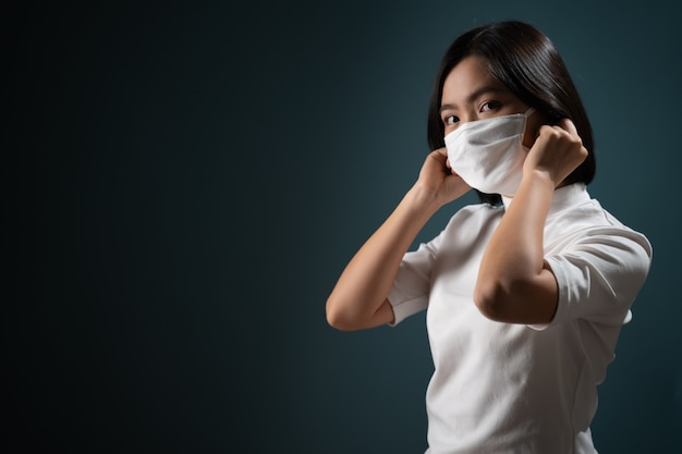 Azjatycka kobieta ubrana w maskę ochronną do ochrony przed wirusami i chorobami na niebiesko