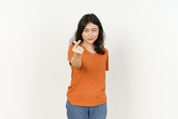Azjatycka kobieta ubrana w pomarańczową koszulkę pokazującą koreańskie serce na białym tle na białym tle