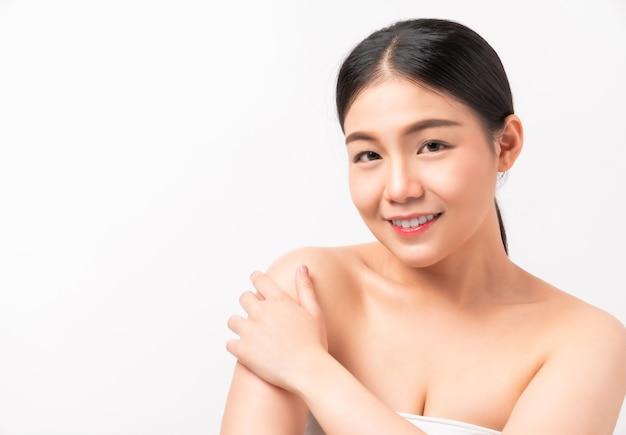 Azjatycka kobieta uśmiecha się do urody i zdrowia skóry, do produktów spa i makijażu.