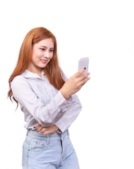 Azjatycka kobieta używa mobilnego smartphone dla selfie