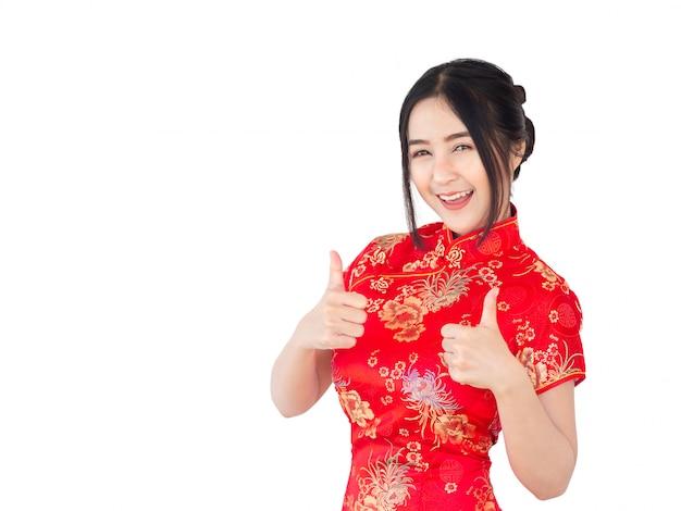 Azjatycka kobieta w chińczyk sukni tradycyjnym cheongsam odizolowywa na białym tle. koncepcja chińskiego nowego roku.