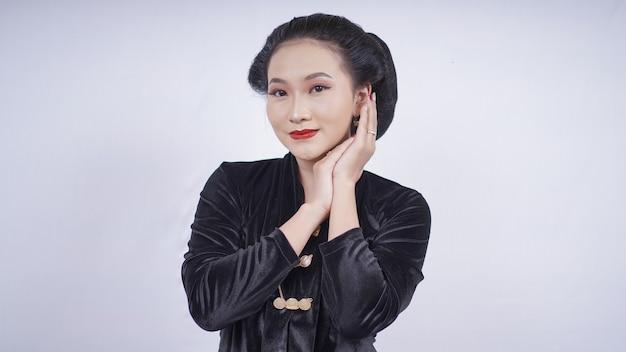 Azjatycka kobieta w czarnej kebayi uśmiechnięta twarz na białym tle