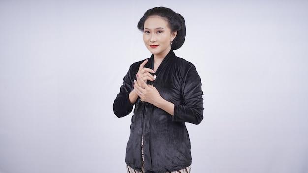Azjatycka kobieta w czarnej kebayi wygląda kobieco na białym tle