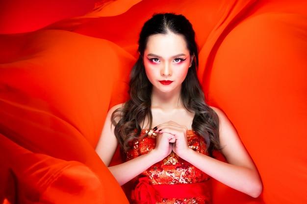 Azjatycka kobieta w czerwonym tradycyjnym kostiumu roczniku