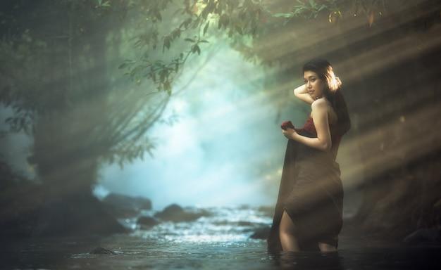 Azjatycka kobieta w kaskadzie, tajlandia