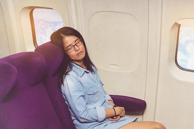 Azjatycka kobieta w samolocie