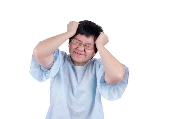 Azjatycka kobieta w średnim wieku nosząca okulary z bólem głowy na białym tle