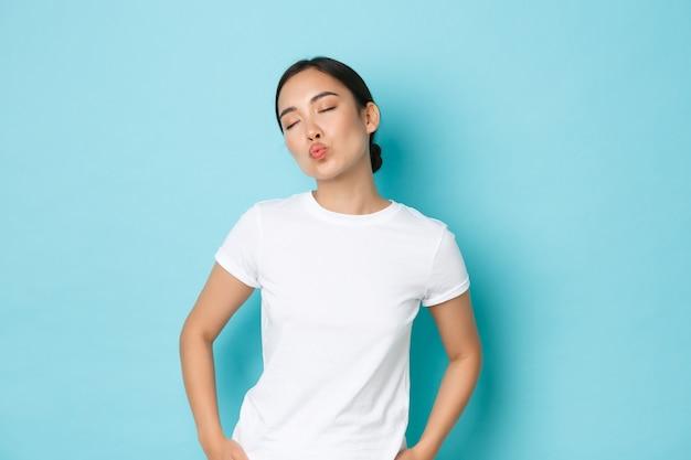 Azjatycka kobieta w swobodnym pozowaniu t-shirt