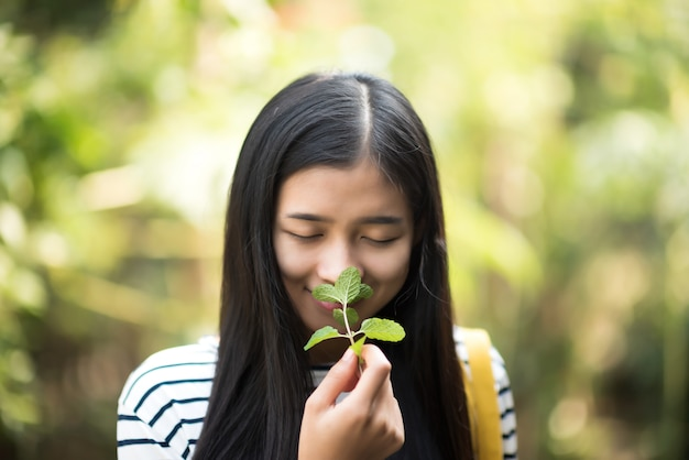 Azjatycka kobieta wąchania ziół