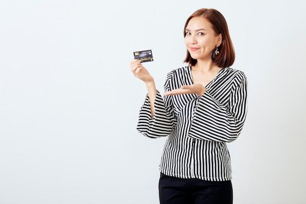 Azjatycka kobieta womanbusiness przedstawia kredytową kartę