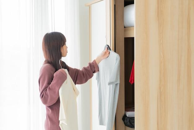 Azjatycka kobieta wybiera tkaniny w pokoju
