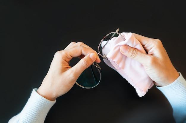 Azjatycka Kobieta Wyciera Okulary ściereczką. Szklanki Do Czyszczenia. Widok Z Góry. Premium Zdjęcia