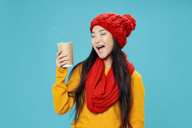 Azjatycka kobieta z filiżanką
