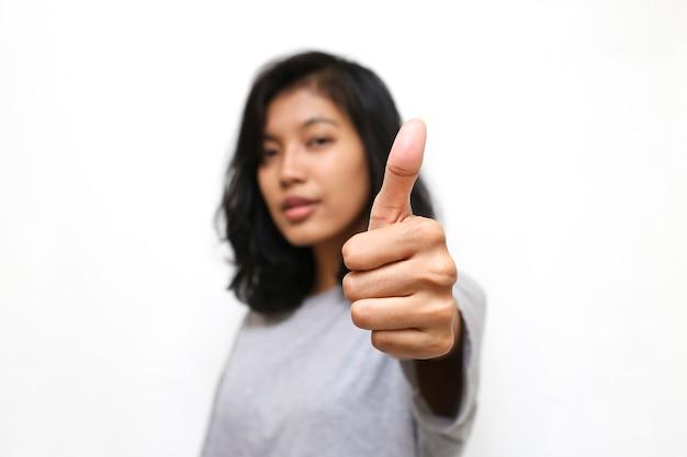 Azjatycka kobieta z ok ręką znak na białym tle