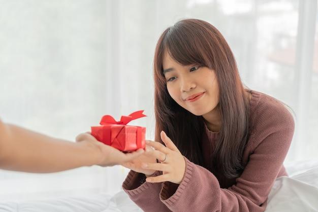Azjatycka kobieta z przyjemnością otrzyma pudełko upominkowe