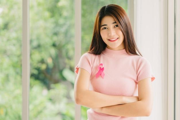 Azjatycka kobieta z różową faborek świadomości raka piersi