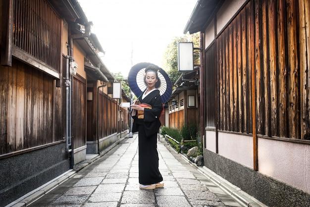 Azjatycka kobieta z yukata odprowadzeniem w kyoto, japonia
