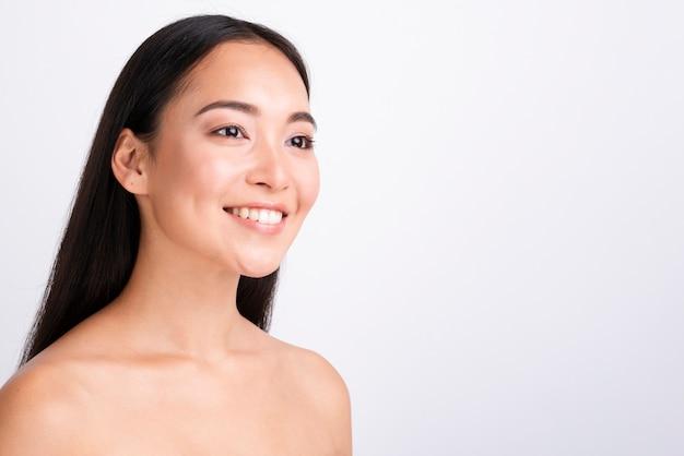 Azjatycka kobieta z zdrowym skóry zakończeniem w górę portreta