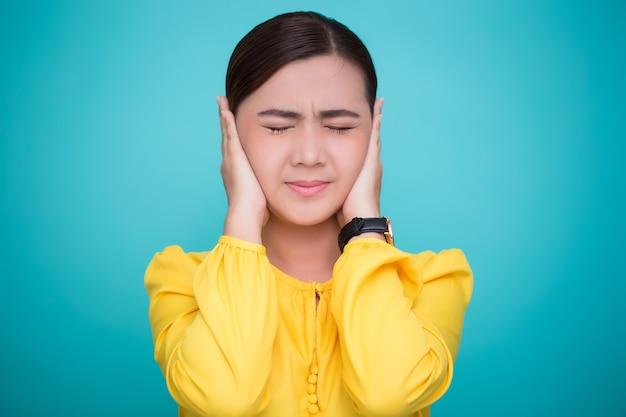 Azjatycka kobieta zamyka uszy