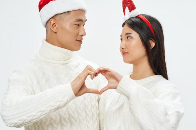 Azjatycka kobiety i mężczyzna para robi kierowemu gestowi z rękami