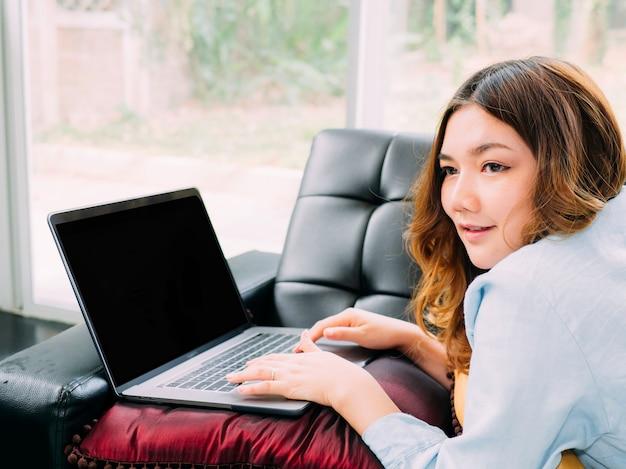 Azjatycka kobiety jaźni nauka elektroniczny uczy się w domu.