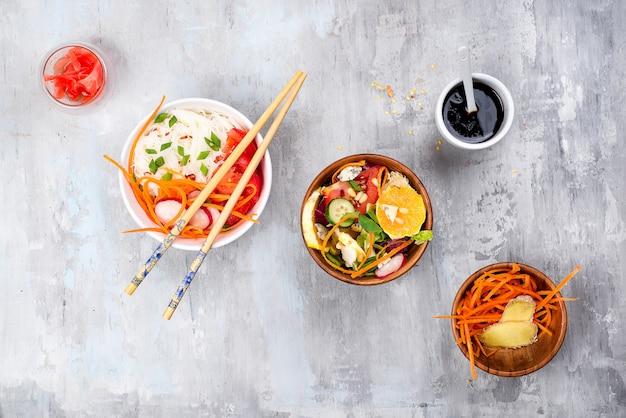 Azjatycka korzenna sałatka szklani kluski lub funchoza z marchewkami i warzywami sałatkowymi na kamiennym tle