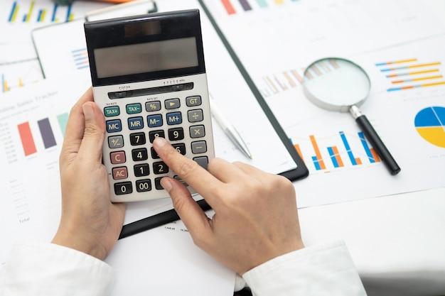 Azjatycka księgowa pracująca i analizująca projekty raportów finansowych
