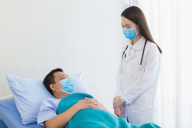 Azjatycka lekarka rozmawia o zdrowiu z pacjentem w szpitalu