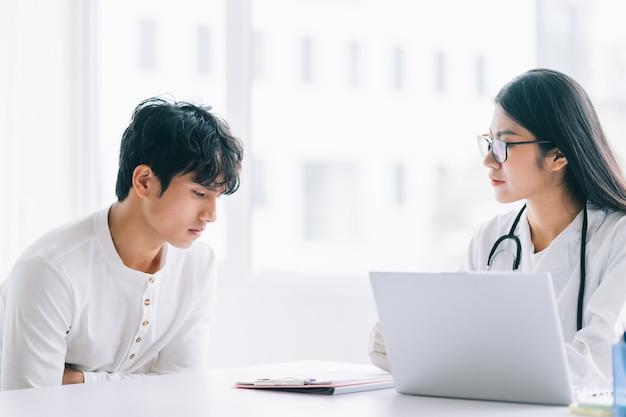 Azjatycka lekarka sprawdza stan zdrowia pacjenta
