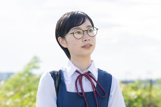 Azjatycka licealistka z krótkimi czarnymi włosami w okularach