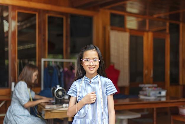 Azjatycka mała dziewczynka krawcowa