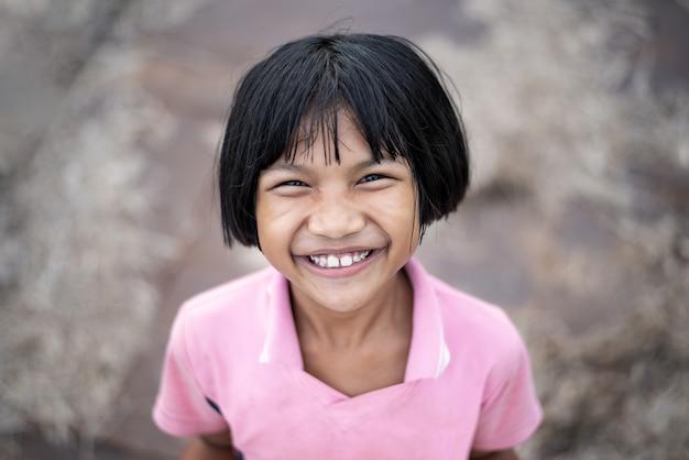 Azjatycka mała dziewczynka ono uśmiecha się
