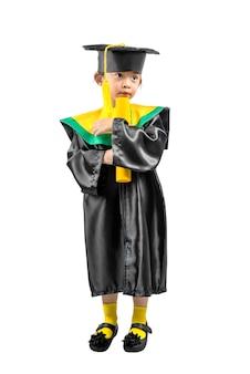 Azjatycka mała dziewczynka w kapeluszu i skalowanie todze trzyma świadectwo