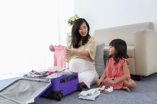 Azjatycka mała dziewczynka wybiera dziecko buty
