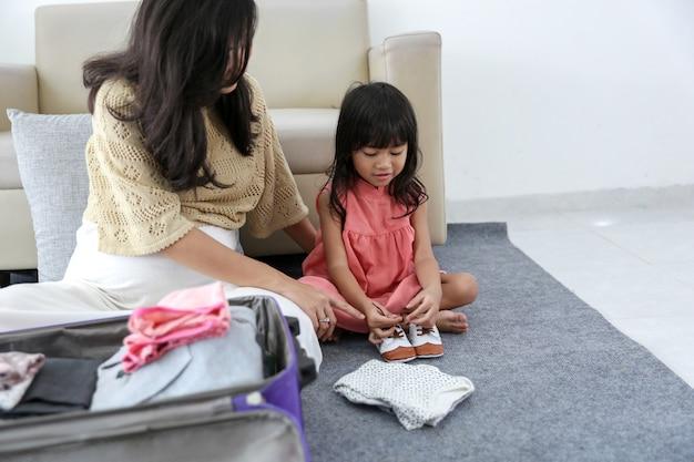 Azjatycka mała dziewczynka wybierababy buty