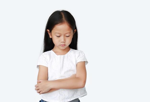 Azjatycka mała dziewczynka z rękami krzyżować i działający wszystko smutni