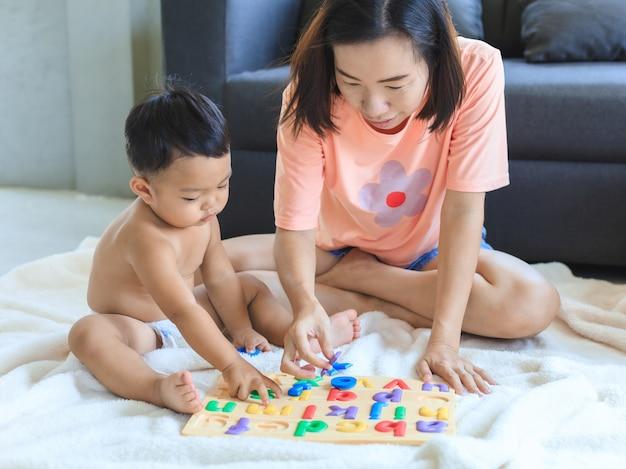 Azjatycka mama uczy jej chłopca.