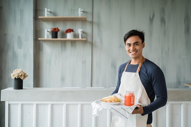 Azjatycka męska kelnerki ono uśmiecha się