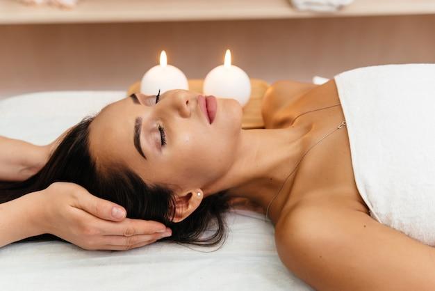 Azjatycka młoda kobieta cieszy się skóra głowy masaż.