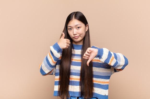 Azjatycka młoda kobieta czuje się zagubiona, nieświadoma i niepewna