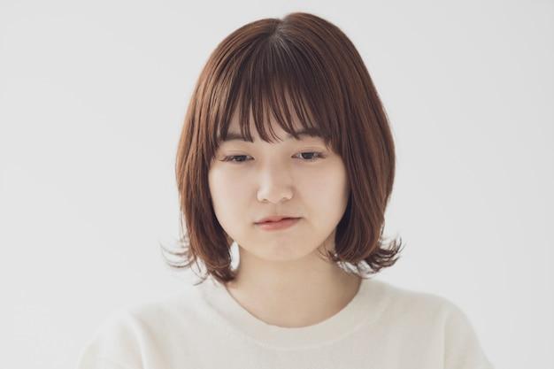 Azjatycka młoda kobieta jest smutna