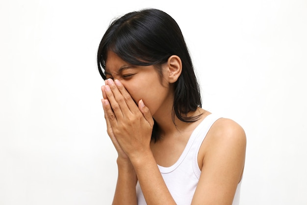 Azjatycka młoda kobieta kichanie lub kaszel na białym tle