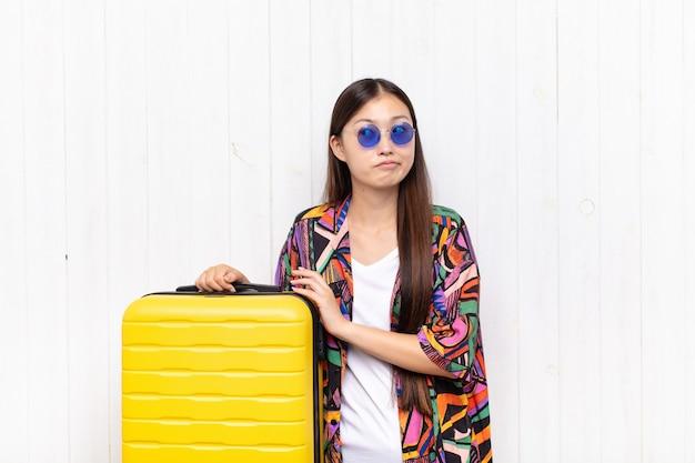 Azjatycka młoda kobieta knuje intrygi i konspiruje, myśli podstępne sztuczki i oszustwa, przebiegłość i zdradę. koncepcja wakacji